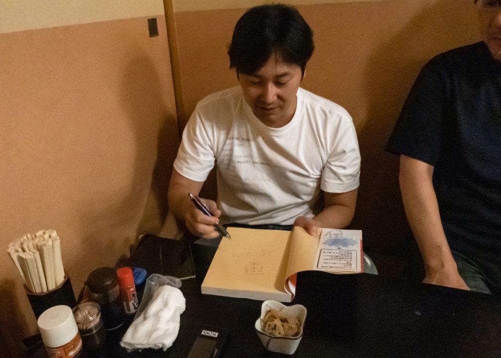 じぇみ本にサインをする染谷さん